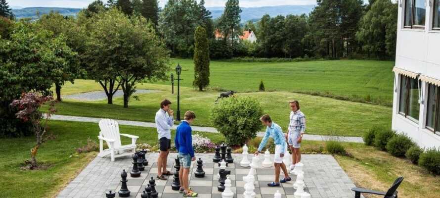 Utfordre hverander med et slag sjakk i hotellets flotte hage. Det finnes også en tennisbane og en putting-green i området.