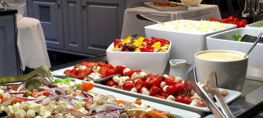 Hotellets restaurant holder åpent både morgen, middag og kveld. Her kan dere nyte maten i rolige og stemningsfulle omgivelser.