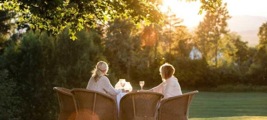 Nyt et glass kald hvitvin og lad opp batteriene i hotellets grønne og fredlige omgivelser.