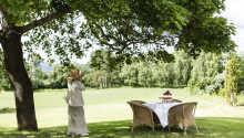 Klækken Hotell er omgitt av en vakker hage med en flott skulptursamling og mange hyggekroker.