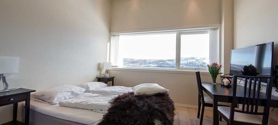 Bo på et av hotellets nylig renoverte dobbeltrom, som alle tilbyr behagelige rammer for oppholdet.