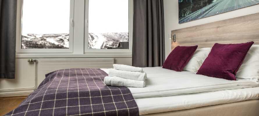 Från hotellrummen har ni utsikt över Ustedalsfjorden eller mot skidbackarna och Geilotoppen.