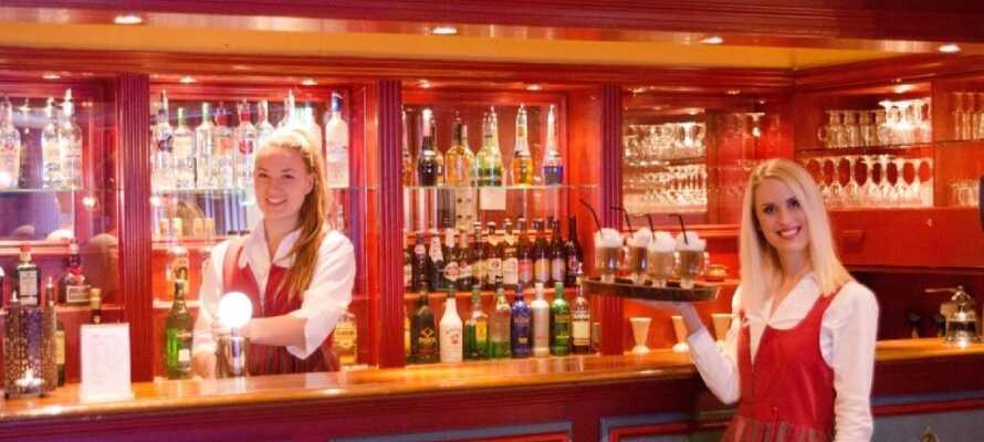 Das Hotel ist voll von norwegischer Tradition. Beschließen Sie den Tag in der Hotelbar, die eine warme und gemütliche Atmosphäre bietet.
