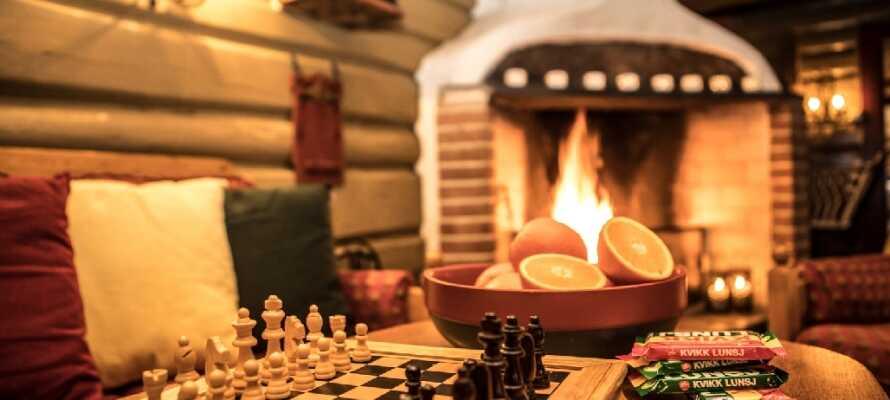 Vid sidan om baren hittar ni en mysig eldstad med bekväma sittplatser och flera brädspel.
