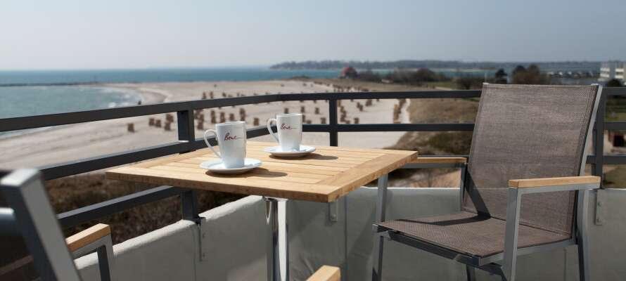 Samtlige værelser har egen balkon eller terrasse hvorfra I har en skøn udsigt over  havet eller de omgivende klitter