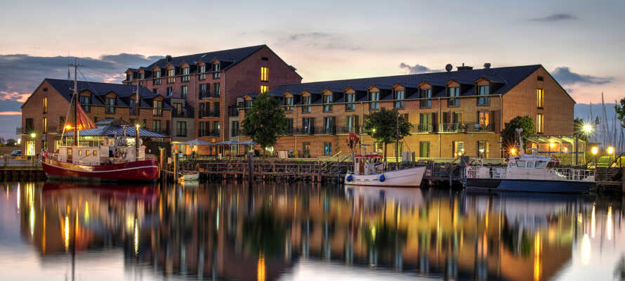 Det 4-stjernede wellnesshotel har en skøn placering med udsigt ud til vandet.