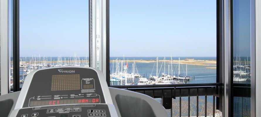 Hotellet har ett gym med modern utrustning och vacker utsikt