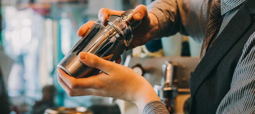 Der serveres lækre coctails i baren mixet af den professionelle bartender.