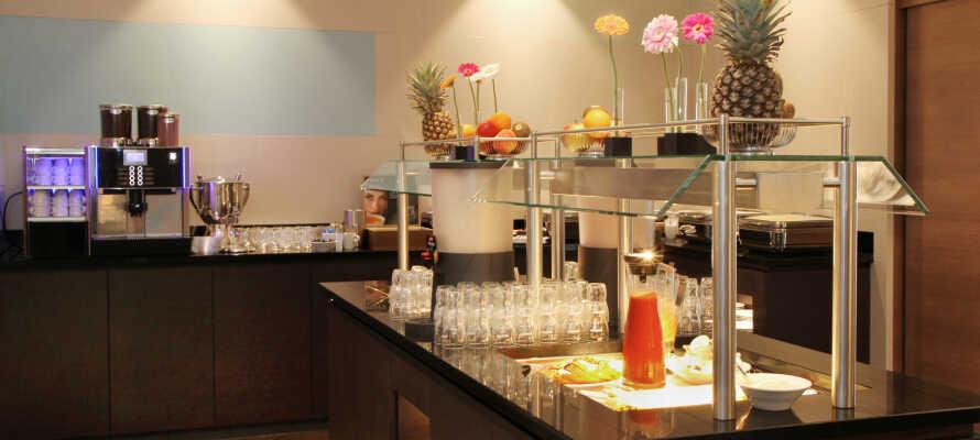Der serveres en dejlig og varieret morgenmadsbuffet i hotellets restaurant.