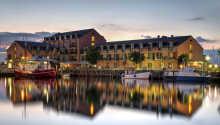 Hotellet ligger vid vattnet och småbåtshamnen