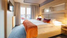Die Zimmer haben ein Bad mit Dusche und Haartrockner, einen Schreibtisch sowie einen Safe.