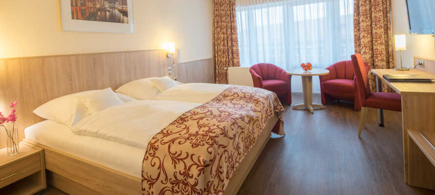 Alle hotellets værelser har balkon og tilbyder eget badeværelse, tekøkken med køleskab og mikroovn samt telefon og satellit TV.