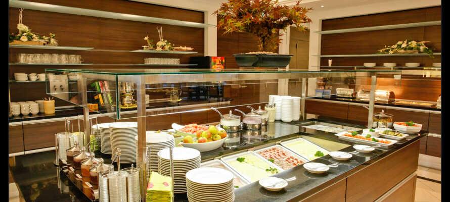 Das Frühstück wird im gemütlichen Restaurant serviert, mit Käse, Aufschnitt, knusprigen Brötchen, Eiern, Müsli, frischem Obst und vielem mehr.