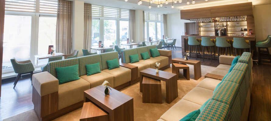 I hotellets moderne loungeområde kan I slappe af med sport på Sky TV og nyde drinks og snacks fra baren.