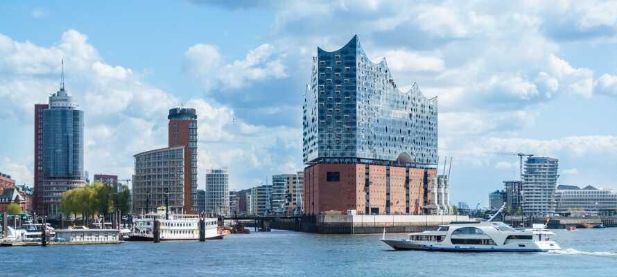 Oplev fantastiske seværdigheder som f.eks. den ikoniske Elbphilharmonie, som er et af højdepunkterne på en kanalfart med AlsterTour.