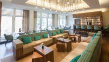 In der modernen Lounge des Hotels können Sie in den gemütlichen Polstermöbeln entspannen und Sportübertragungen im Sky-TV verfolgen.