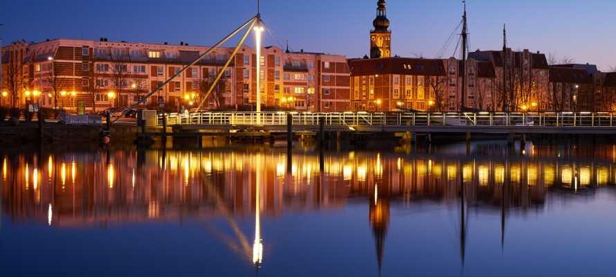 Greifswald har en idyllisk havn, en levende markedsplass samt flere museer og shoppingmuligheter.