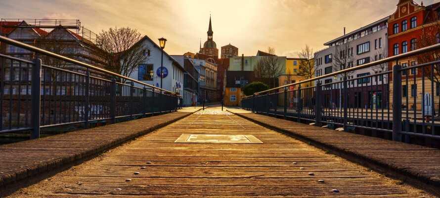 Udforsk regionen og besøg f.eks. den smukke nordtyske by, Stralsund, hvor I bl.a. kan opleve den imponerende Marienkirche.