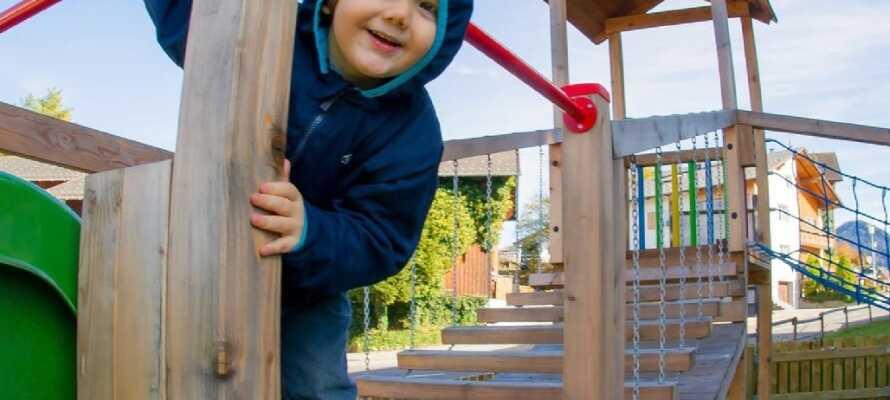 Barna kan boltre seg på hotellets store lekeplass med sklie og klatrevegg, samt lekerommet inne på hotellet som er fullt opp med leker.