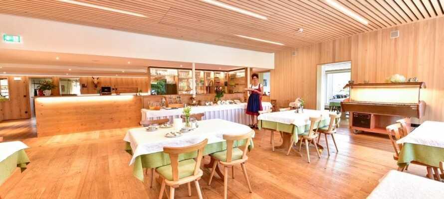 Restauranten serverer mange spesialiteter fra det østerriske kjøkken, og har en egen barnemeny for de minste.