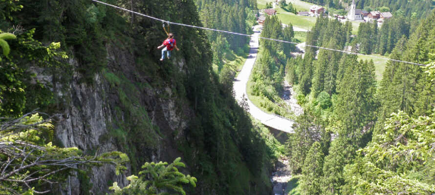 I klatreparken Abenteuerpark Schröcken får hele familien et påfyll av spennende opplevelser ute i naturen.