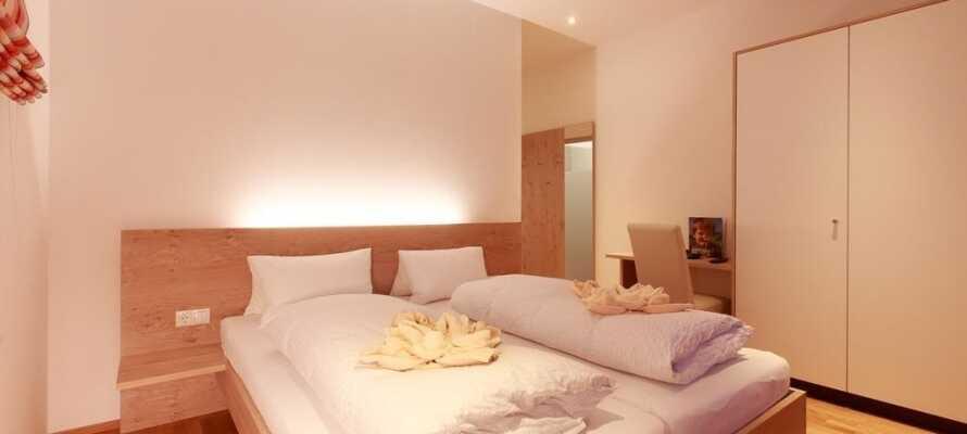 Alle hotellets værelser er komfortabelt indrettet, udstråler en rolig og lys atmosfære og har en dejlig udsigt.