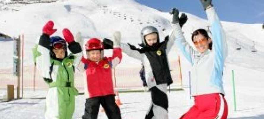 Tæt på hotellet ligger flere skiområder hvor I kan boltre Jer på de mange løjper.