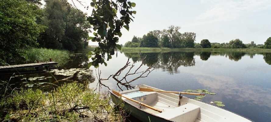 Hotellets område omfatter bl.a. et hyggeligt bibliotek med vinterhave, en frodig park og en skøn privat badesø.