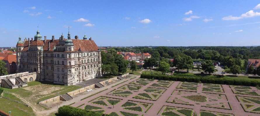 Imponerende Güstrow Slott ligger bare 15 km. fra hotellet!