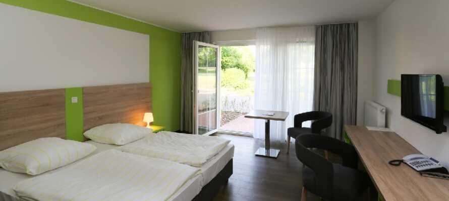 Hotellets fargerike sjarme understrekes av lyse og hyggelige værelser.