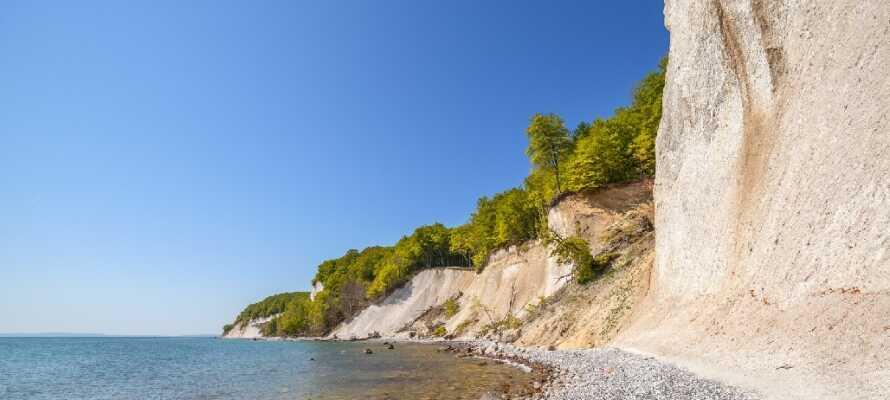 Besök ett av Rügens landmärken, den UNESCO listade nationalparken Jasmund, med sina branta klippväggar.