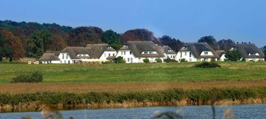 Hotellet består av tradisjonelle hus med stråtak og er omgitt av en 10 000 kvadratmeter stort hageanlegg.