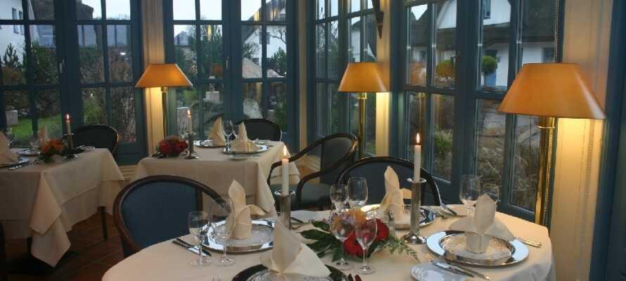 Om aftenen kan I nyde regionale såvel som internationale retter i den stemningsfulde restaurant.