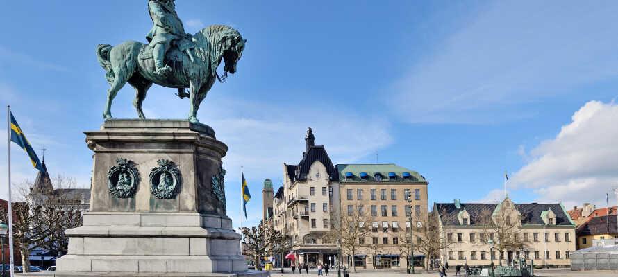 Her bor dere like ved Gustaf Adolfs Torg, bare et steinkast fra byens mange restauranter og butikker.