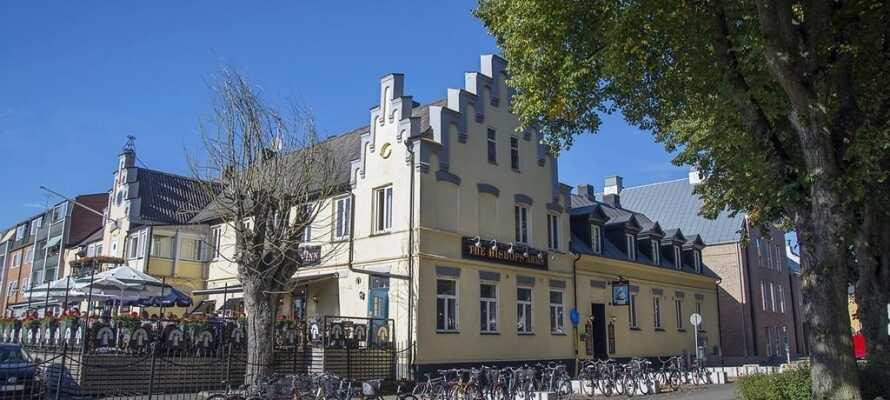 Uformelt, sentralt beliggende hotell rett overfor togstasjonen og tett på byens gode shoppingmuligheter.