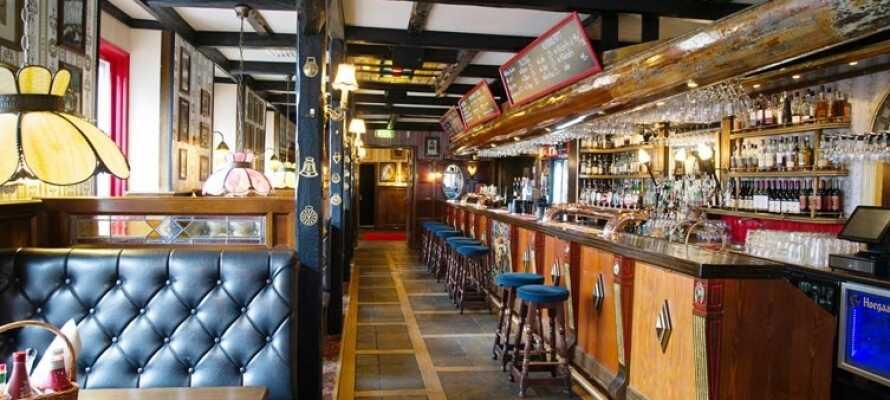 The Bishops Arms gastropub har en autentisk engelsk pubatmosfære, og byder på god mad og drikke.