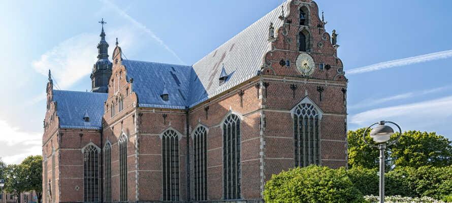 Das Hotel liegt zentral in Kristianstad, direkt gegenüber dem Bahnhof, unmittelbar neben der schönen Dreifaltigkeitskirche.