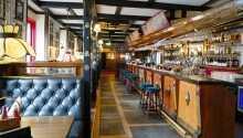 Das Restaurant ist in einem gemütlichen englischen Pub-Stil eingerichtet.