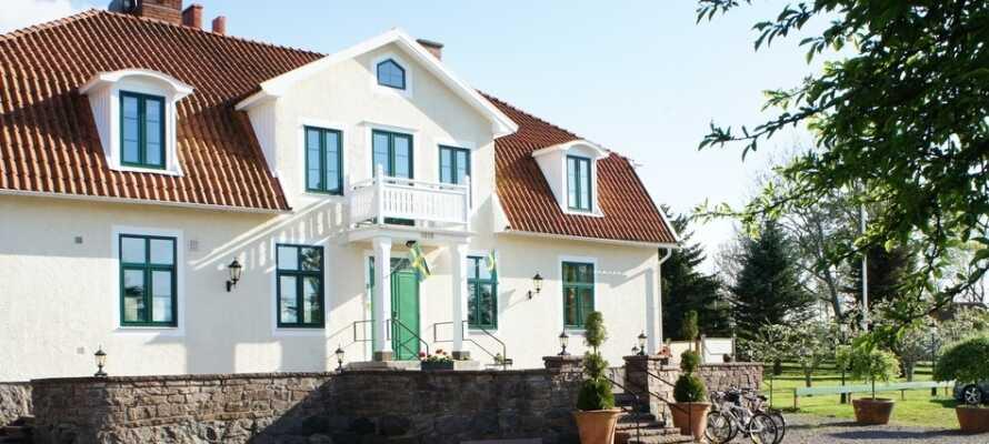 Guntorps Herrgård ligger i rolige og flotte omgivelser rett ved sentrum av Borgholm.