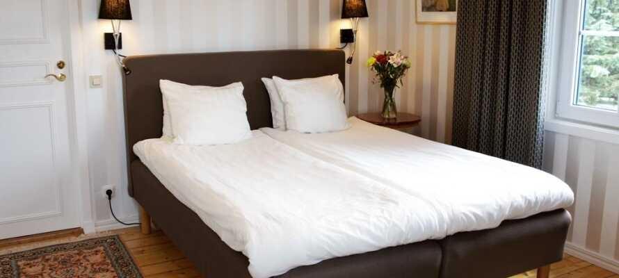 Ni bor i bekväma rum och kan välja mellan enkel- och dubbelrum.