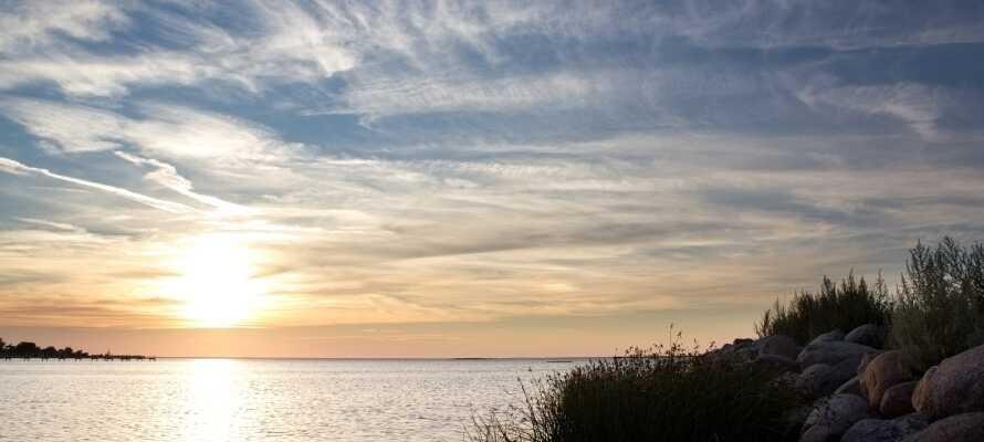 Herregården ligger i naturskjønne og rolige omgivelser, perfekt for en avslappende ferie.