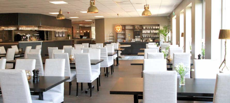 Hotellets restaurant byr på god mat og en nydelig utsikt over havet.