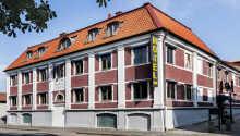 Bo centralt i Varberg på det charmerende Hotell Gästis.
