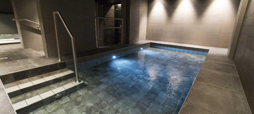 Hotellets gæster kan bruge spa-området med opvarmet pool, spabad og sauna.