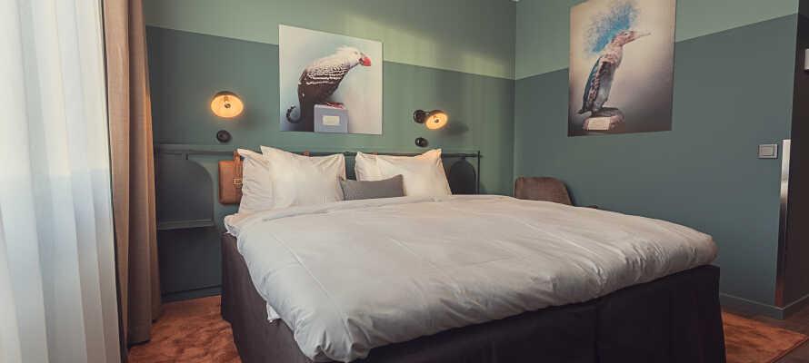Hotellets værelser er indrettet med et moderne interiør i klassiske materialer, der er med til at give en hyggelig stemning.