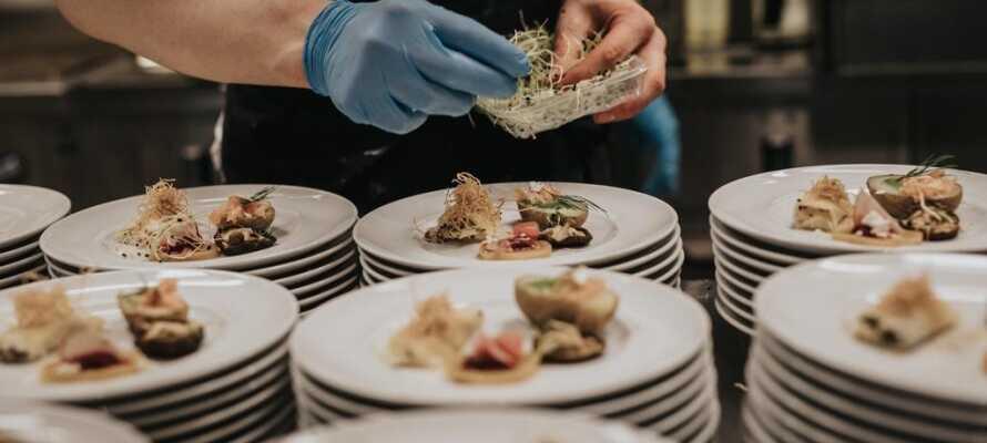 Hotellets køkken fokuserer på sæsonprægede råvarer, som er nøje udvalgt til retterne.