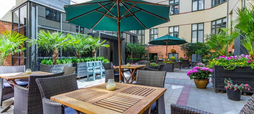 Avnjut en god kopp kaffe på innegården - hotellpaketet inkluderar en värdekupong som kan användas i hotellets kiosk.