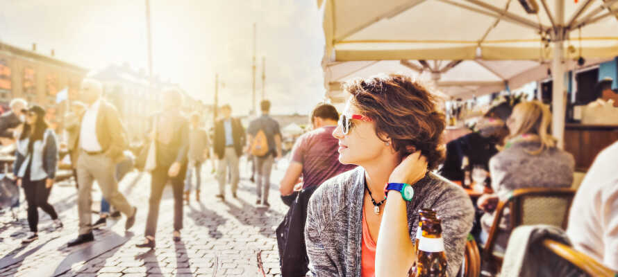 Genießen Sie die wunderbare Stimmung um die vielen Cafés in Nyhavn.