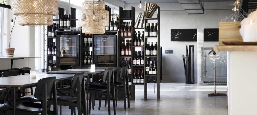Nyd spændende frokost- og aftenretter i hotellets egen hyggelige café og slap af med en drink i baren.