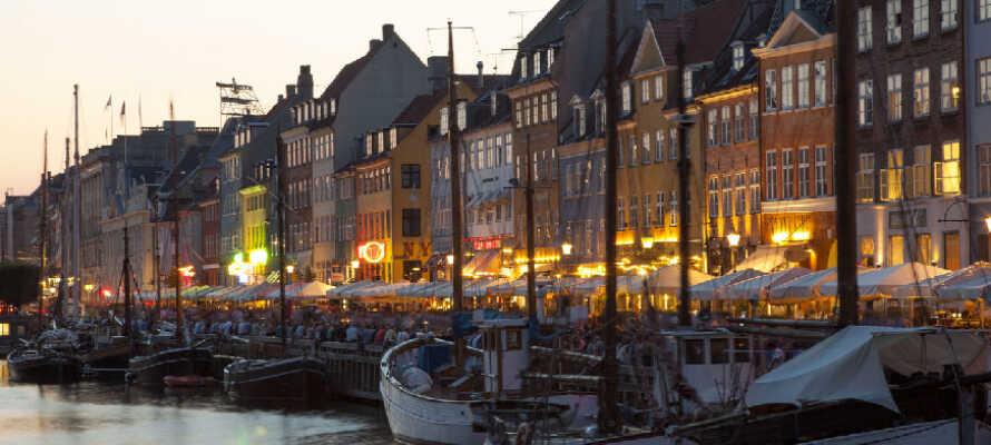 Udforsk København og alle den smukke hovedstads herligheder, som f.eks. Nyhavn, Strøget og Tivoli.